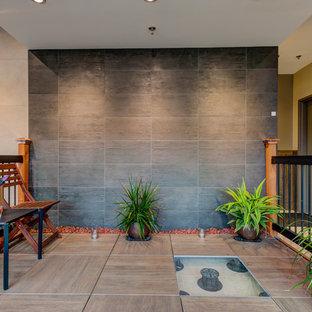 Foto di un portico etnico di medie dimensioni con piastrelle