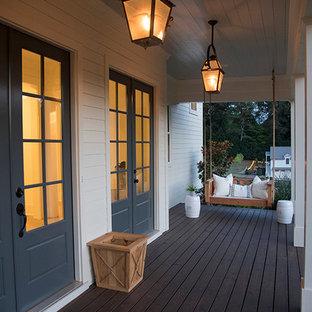Esempio di un portico country di medie dimensioni e davanti casa con pedane e un tetto a sbalzo