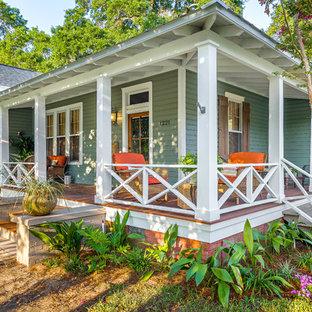 Überdachte, Große Klassische Veranda im Vorgarten mit Dielen in Miami