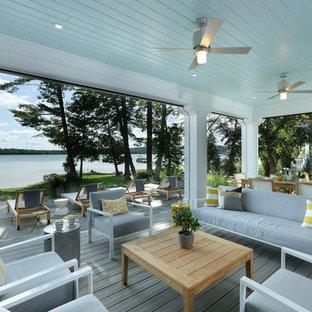 Ispirazione per un portico tradizionale di medie dimensioni e dietro casa con un portico chiuso, pedane e un tetto a sbalzo