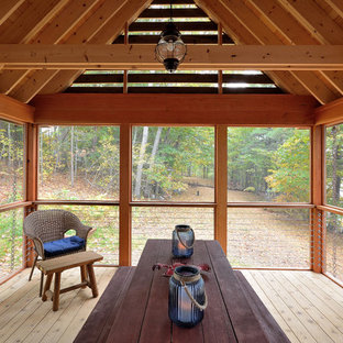 Immagine di un portico eclettico nel cortile laterale con un portico chiuso e un tetto a sbalzo