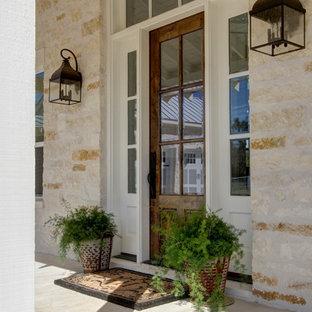 Ispirazione per un patio o portico country davanti casa con lastre di cemento e un tetto a sbalzo