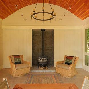 Idéer för att renovera en lantlig innätad veranda längs med huset, med kakelplattor och takförlängning