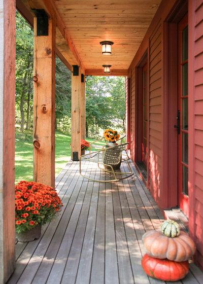 Farmhouse Porch by North River Builders Inc