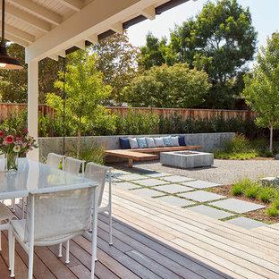 Ispirazione per un portico country dietro casa con pedane e un tetto a sbalzo
