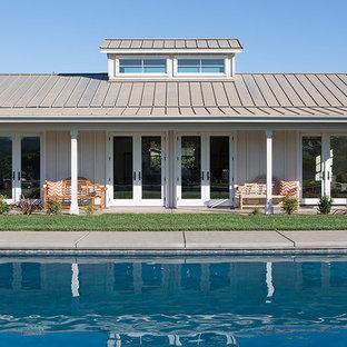Foto di un portico country con un tetto a sbalzo