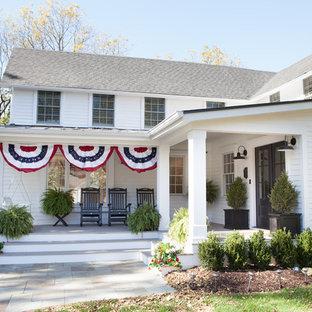 Esempio di un portico country di medie dimensioni e davanti casa con un giardino in vaso e un tetto a sbalzo