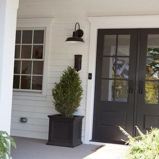 Idee per un patio o portico country di medie dimensioni e davanti casa con un giardino in vaso e un tetto a sbalzo