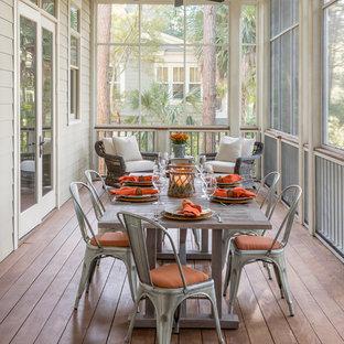 Ispirazione per un patio o portico country con un portico chiuso, pedane e un tetto a sbalzo