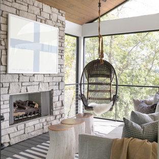 Aménagement d'un porche campagne avec une moustiquaire, une terrasse en bois et une extension de toiture.