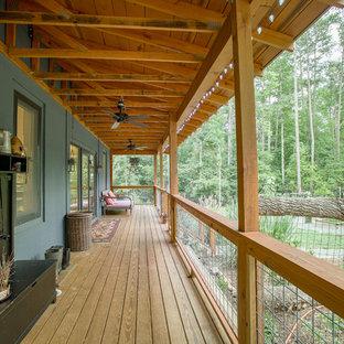 Ispirazione per un piccolo portico country nel cortile laterale con un tetto a sbalzo