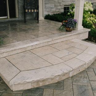 Imagen de terraza clásica, de tamaño medio, en patio delantero y anexo de casas, con adoquines de piedra natural