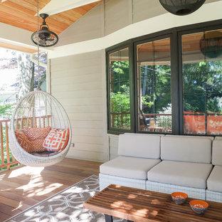 Immagine di un patio o portico minimalista di medie dimensioni e davanti casa con pedane e un tetto a sbalzo
