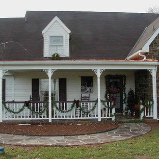 Imagen de terraza tradicional, de tamaño medio, en patio delantero y anexo de casas, con suelo de hormigón estampado