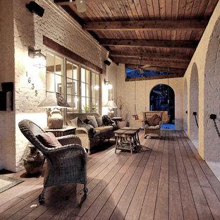 Imagen de terraza rústica, en anexo de casas, con entablado