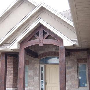 Esempio di un portico american style di medie dimensioni e davanti casa con un tetto a sbalzo