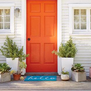 Esempio di un portico stile americano di medie dimensioni e davanti casa con un giardino in vaso e pedane