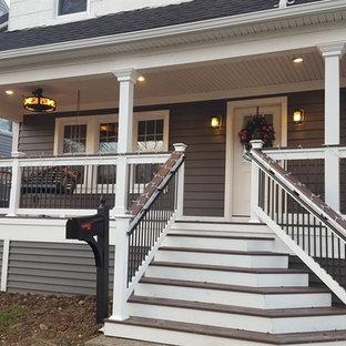 Ispirazione per un portico american style di medie dimensioni e davanti casa con un tetto a sbalzo e pedane