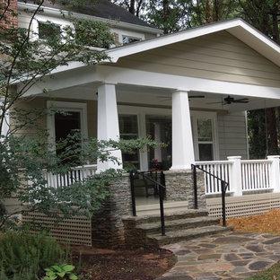 Immagine di un portico american style di medie dimensioni e davanti casa con un tetto a sbalzo