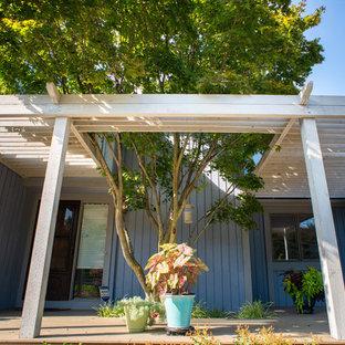 Idee per un portico etnico di medie dimensioni e davanti casa con pedane e una pergola