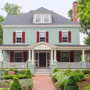 Ejemplo de terraza clásica, grande, en patio delantero y anexo de casas, con huerto