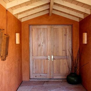 Esempio di un portico mediterraneo davanti casa con pavimentazioni in pietra naturale e un tetto a sbalzo