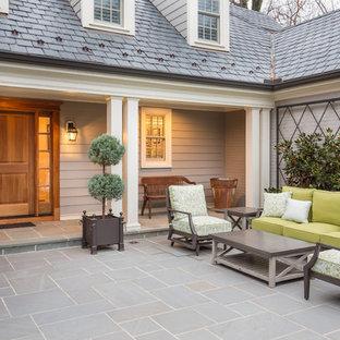 Immagine di un portico classico davanti casa con un giardino in vaso