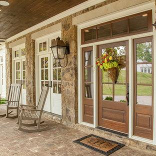 Пример оригинального дизайна: веранда среднего размера на переднем дворе в классическом стиле с мощением клинкерной брусчаткой и навесом