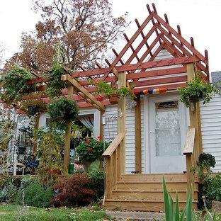 Esempio di un portico boho chic di medie dimensioni e davanti casa con pedane e una pergola