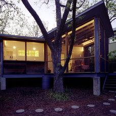 Modern Porch by Loop Design