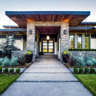 Imagen de terraza minimalista, de tamaño medio, en patio delantero y anexo de casas, con losas de hormigón