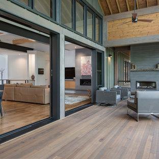 Idee per un portico contemporaneo dietro casa con un portico chiuso, pedane e un tetto a sbalzo