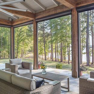 Неиссякаемый источник вдохновения для домашнего уюта: веранда на заднем дворе в стиле кантри с крыльцом с защитной сеткой, покрытием из плитки и навесом
