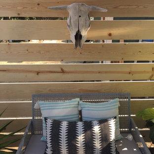 Foto di un piccolo portico industriale davanti casa con una pergola