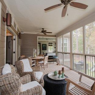 Immagine di un portico american style di medie dimensioni e dietro casa con un caminetto, pedane e un tetto a sbalzo