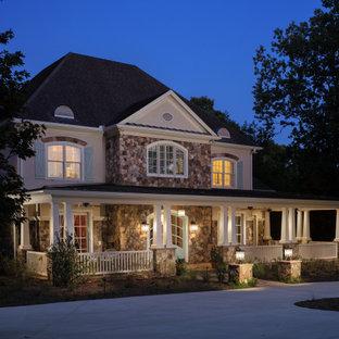 Foto di un grande portico tradizionale davanti casa con pavimentazioni in pietra naturale e un tetto a sbalzo