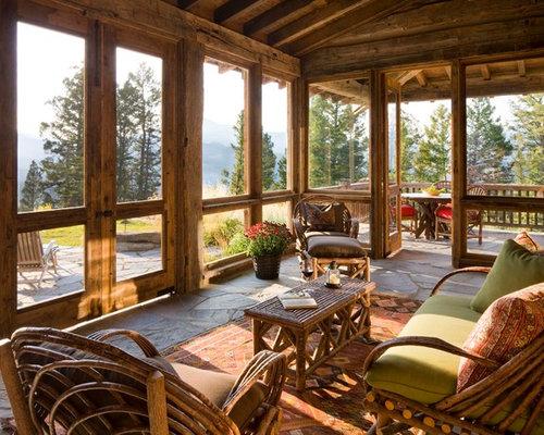 ejemplo de porche cerrado rural en anexo de casas con adoquines de piedra natural
