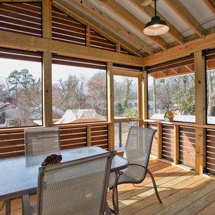 Immagine di un patio o portico contemporaneo di medie dimensioni e nel cortile laterale con un portico chiuso e un tetto a sbalzo