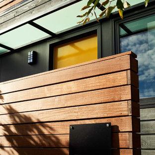 Immagine di un piccolo portico tradizionale nel cortile laterale con pedane