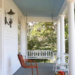 Idee per un portico classico con pedane e un tetto a sbalzo
