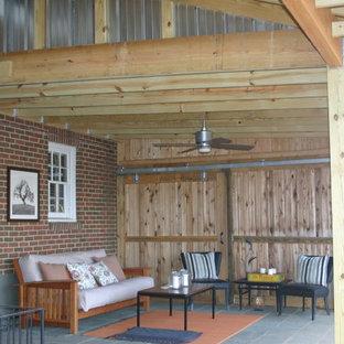 Foto di un portico industriale di medie dimensioni e dietro casa con un tetto a sbalzo
