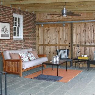 Ispirazione per un portico industriale di medie dimensioni e dietro casa con un tetto a sbalzo