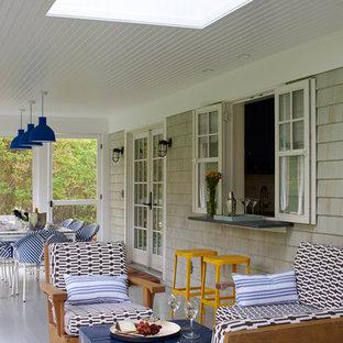 Immagine di un portico stile marinaro di medie dimensioni e dietro casa con un portico chiuso, pedane e un tetto a sbalzo