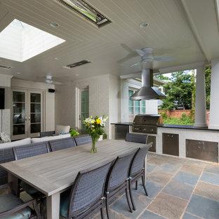 Immagine di un portico classico dietro casa con un tetto a sbalzo