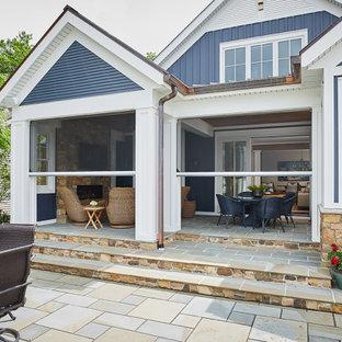 Foto di un piccolo portico stile marinaro dietro casa con un portico chiuso, pavimentazioni in pietra naturale e un tetto a sbalzo