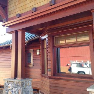 Esempio di un piccolo portico stile americano dietro casa con un tetto a sbalzo