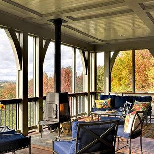 Verglaste, Überdachte Klassische Veranda mit Dielen in Burlington