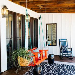 Immagine di un grande patio o portico country con pedane, un tetto a sbalzo e un giardino in vaso