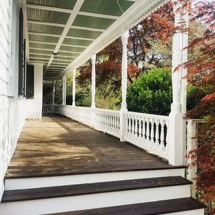 Immagine di un ampio portico vittoriano nel cortile laterale