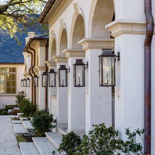 Geräumige, Überdachte Klassische Veranda hinter dem Haus mit Outdoor-Küche und Natursteinplatten in Dallas